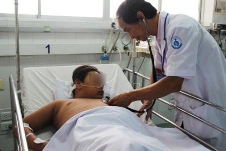 Bệnh nhi bị suy đa cơ quan, nguy kịch vì mắc sốt xuất huyết nhưng gia đình chủ quan