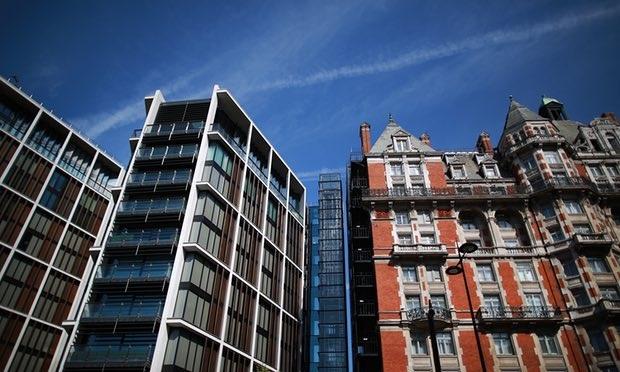 Tòa nhà One Hyde Park (bên trái) ở London. Một căn hộ trong tòa nhà này được cho thuê với giá 40.000 bảng Anh/tuần. (Nguồn: Peter MacDiarmid / Getty Images)