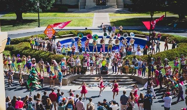 Không khí tưng bừng khi ban nhạc chào đón các tân sinh viên trong ngày đầu tiên đến trường.