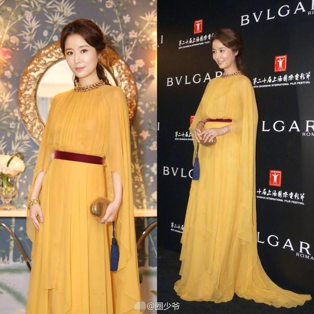 Bà mẹ Lâm Tâm Như lại lựa chọn cho mình một chiếc váy màu vàng cầu kỳ, tha thướt.