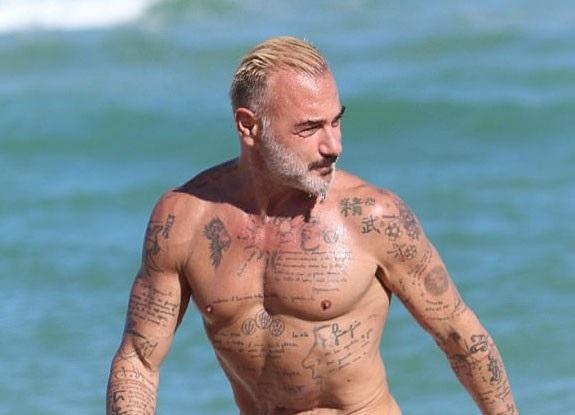 Nhờ tập luyện chăm chỉ, dáng vóc của Gianluca Vacchi vẫn rất cân đối và săn chắc ở tuổi 50. Không chỉ là một doanh nhân thành đạt, giàu có, Gianluca còn là một nhân vật rất hot trên Instagram với hơn 1 triệu người theo dõi.