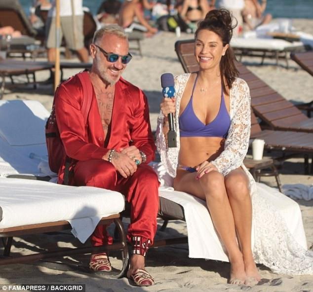 Ngày 3/12 vừa rồi, người mẫu Brazil - Julia Pereira đã xuất hiện bên triệu phú Gianluca Vacchi trên bãi biển Miami.