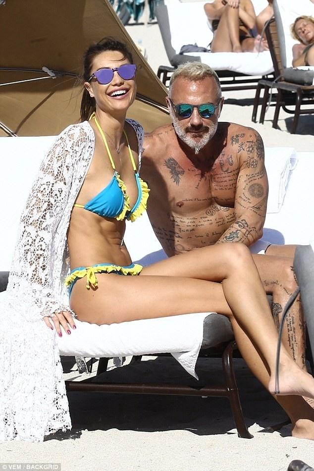 Triệu phú người Ý - Gianluca Vacchi (phải) nổi tiếng với khả năng sát gái. Ở tuổi 50, ông vẫn rất phong độ và cuốn hút. Chính vì vậy, bên cạnh ông không bao giờ thiếu vắng những bóng hồng xinh đẹp, gợi cảm.