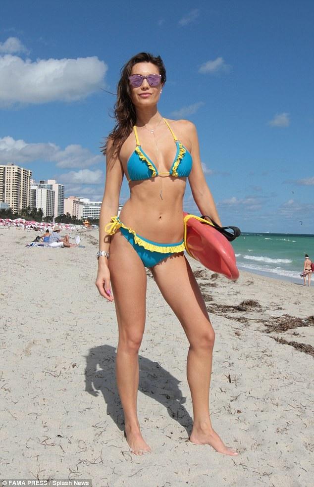 Người đẹp 30 tuổi khoe những bức ảnh nóng bỏng của cô trên bãi biển trên trang Instagram cá nhân.