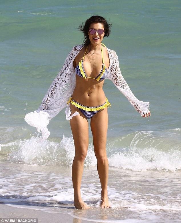 Người đẹp Brazil - Julia Pereira cũng khoe dáng vóc hoàn hảo trong 5 bộ áo tắm khác nhau.