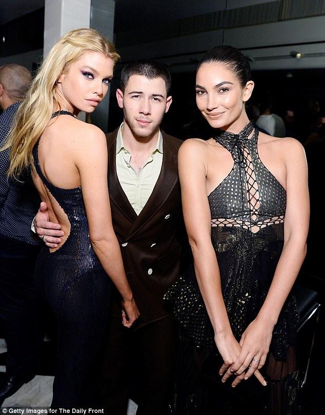 Ca sỹ Nick Jonas tranh thủ chụp hình cùng hai người đẹp