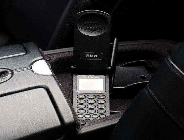 Chiếc điện thoại nắp gập của Motorola có gắn nhãn của BMW cũng sẽ được bán kèm chiếc xe
