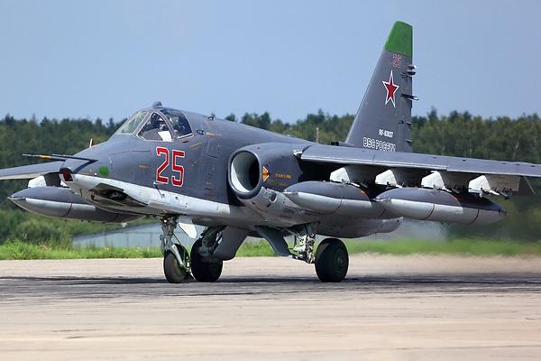 """Được mệnh danh là """"máy bay chiến đấu hiệu quả nhất Nga triển khai tại chiến trường Syria"""", Su-25SM là máy bay tấn công 2 động cơ 1 chỗ ngồi được thiết kế để hỗ trợ tấn công tầm gần. Trong khoảng thời gian 6 tháng từ năm 2015 tới 2016, Su-25SM đã nã tổng cộng khoảng 6.000 quả bom xuống các mục tiêu phiến quân IS tại Syria. Su-25SM có thể mang 4,85 tấn vũ khí, song tốc độ khá chậm, chỉ vào khoảng 975 km/h, tương đương một máy bay thương mại. Nga đã lên kế hoạch tiếp tục nâng cấp Su-25 thành phiên bản Su-25SM với khả năng tấn công và điều hướng tốt hơn, cũng như tích hợp tên lửa không đối không mới. (Ảnh: Airteamimage.com)"""
