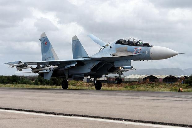 Su-35 là máy bay chiến đấu 2 động cơ ưu việt hàng đầu của Nga. Su-35 có tính cơ động cao, đa chức năng. Được cải tiến từ Su-27, lần bay đầu tiên của Su-35S là vào năm 2008. Su-35 có thể đạt tới tốc độ tối đa 2.777 km/h và mang 8,8 tấn vũ khí. Theo tờ Rossiyskaya Gazeta của Nga, vào năm 2016, Nga đã điều 4 chiếc loại SU-35 tới Syria. (Ảnh: AFP)