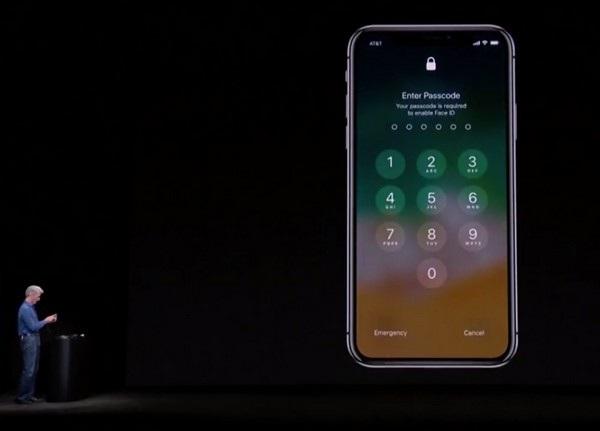 Khi Craig Federighi cố gắng mở khóa iPhone X bằng gương mặt thì thất bại và chiếc smartphone xuất hiện giao diện đòi phải nhập mật khẩu