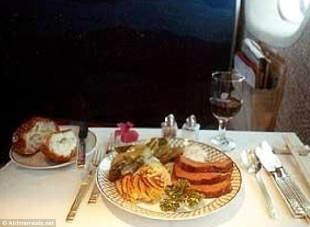 Hành khách Christopher Smith chia sẻ hình ảnh trên chuyến bay khoang hạng nhất của hãng United với hành trình từ Mỹ tới Tokyo năm 1988. Phần ăn của du khách được nấu theo đơn đặt hàng, có măng tây với nước sốt và khoai tây bỏ lò.