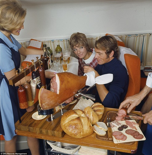 Phần ăn thịnh soạn dành cho khách ở khoang hạng nhất.