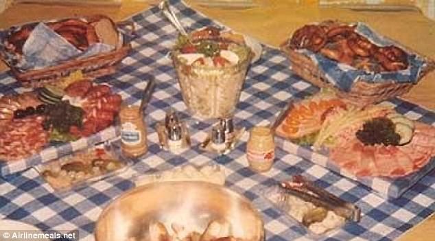 Bữa tiệc chào mừng lễ hội bia Oktoberfest trên máy bay Boeing 707 của hãng hàng không TWA, với lộ trình từ Đức tới Mỹ năm 1974. Thực đơn có thịt xông khói, thịt lợn đặc sản Đức, xúc xích gan, khoai tây chiên kiểu Đức, dưa chua hỗn hợp, bánh mỳ, bia tươi cùng nhiều loại bánh cuộn.