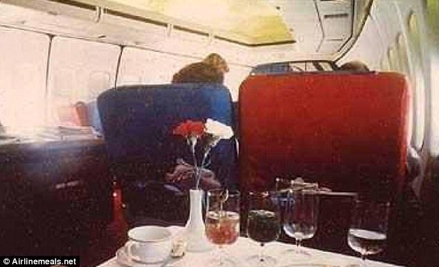 Chuyến bay từ Los Angeles đến New York năm 1978 của hãng hàng không Pan Am còn phục vụ cả hoa tươi.