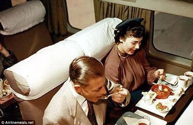 Những suất ăn thịnh soạn được phục vụ trên máy bay hơn nửa thế kỷ trước - 4