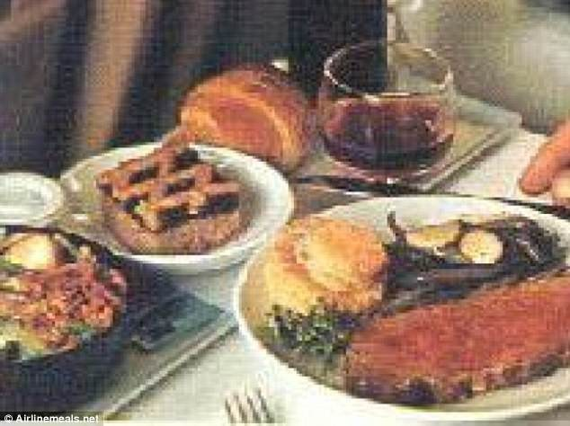 Chuyến bay từ Dallas đến Honolulu của hãng hàng không Braniff năm 1971 với thịt bò nướng, khoai tây, đậu xanh, hạt dẻ, salad, bánh ngọt tráng miệng.