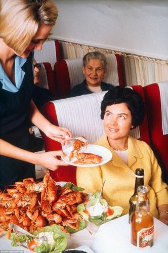 Hành khách được phục vụ món tôm hùm Na Uy còn tươi.