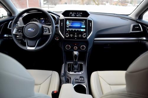 Subaru Impreza có cabin thiết kế gọn gàng, tiện dụng.