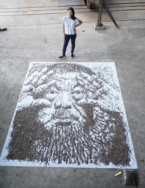 Red HongYi cùng bức chân dung được tạo nên từ 20.000 hạt hướng dương của mình