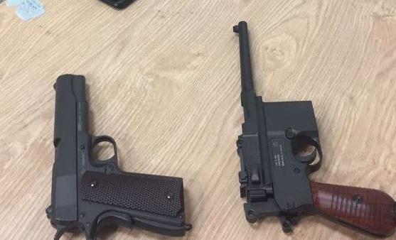 Hai khẩu súng ngắn độ sát thương cao bị thu giữ chiều 19/3