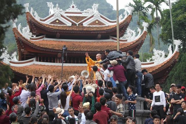 Trong ngày khai hội chùa Hương (6/1 Âm lịch) nhà sư Thích Đạo Trụ đã ngẫu hứng ném lộc cho du khách gây ra tình trạng lộn xộn không đáng có ở một trong những lễ hội lớn nhất nước. Sau đó, sư Thích Đạo Trụ đã phải sám hối quỳ hương trong đêm 2/2. (Ảnh: Quốc Vinh)