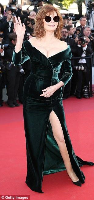 Nữ diễn viên 71 tuổi diện trang phục gợi cảm và táo bạo