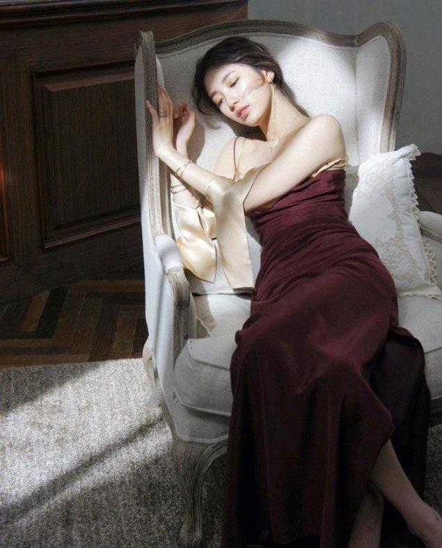Suzy khoe vẻ nuột nà và xinh đẹp trong một buổi chụp hình quảng cáo. Những bức ảnh này đều chưa qua chỉnh sửa.