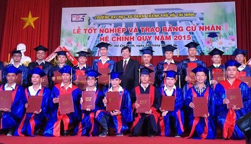 SV Trường ĐH Sư phạm TPHCM nhận bằng tốt nghiệp.