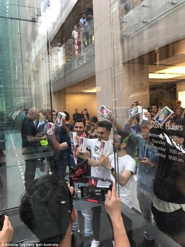 Chen chân xếp hàng khắp nơi trên thế giới trong ngày mở bán iPhone X - 8