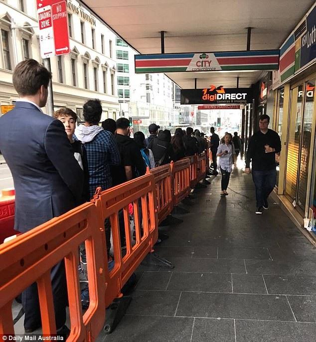 Chen chân xếp hàng khắp nơi trên thế giới trong ngày mở bán iPhone X - 3