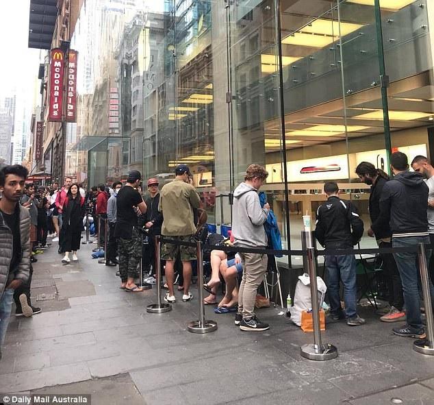 Chùm ảnh nhiều người kiên nhẫn chờ mua iPhone X tại Apple Store ở Sydney.