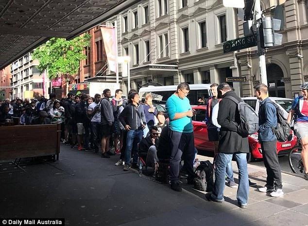 Chen chân xếp hàng khắp nơi trên thế giới trong ngày mở bán iPhone X - 2