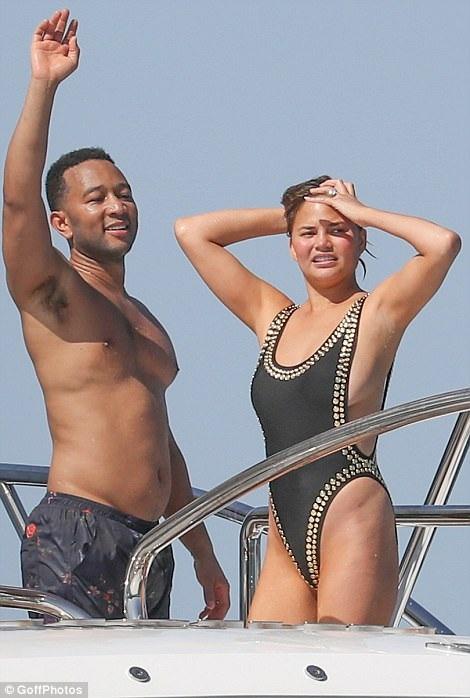 Chrissy Teigen và chồng John Legend tận hưởng kỳ nghỉ xa hoa tại Pháp