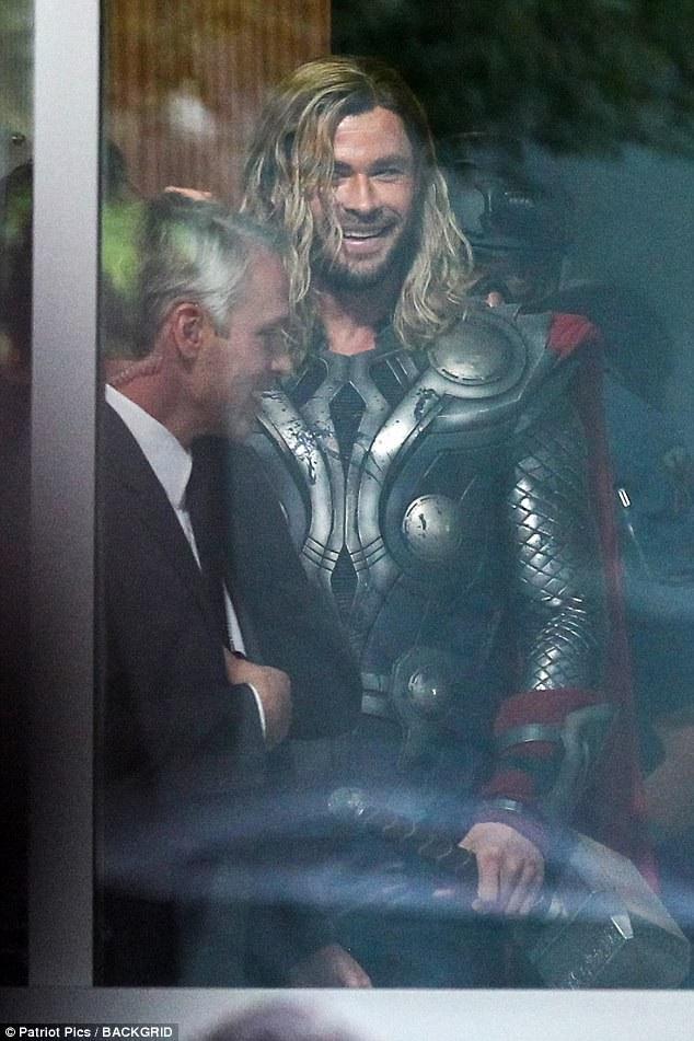 Tom Hiddleston và Chris Hemsworth bận rộn tại trường quay của phần 4 phim Biệt đội siêu anh hùng tại Atlanta, Mỹ ngày 2/11 vừa qua