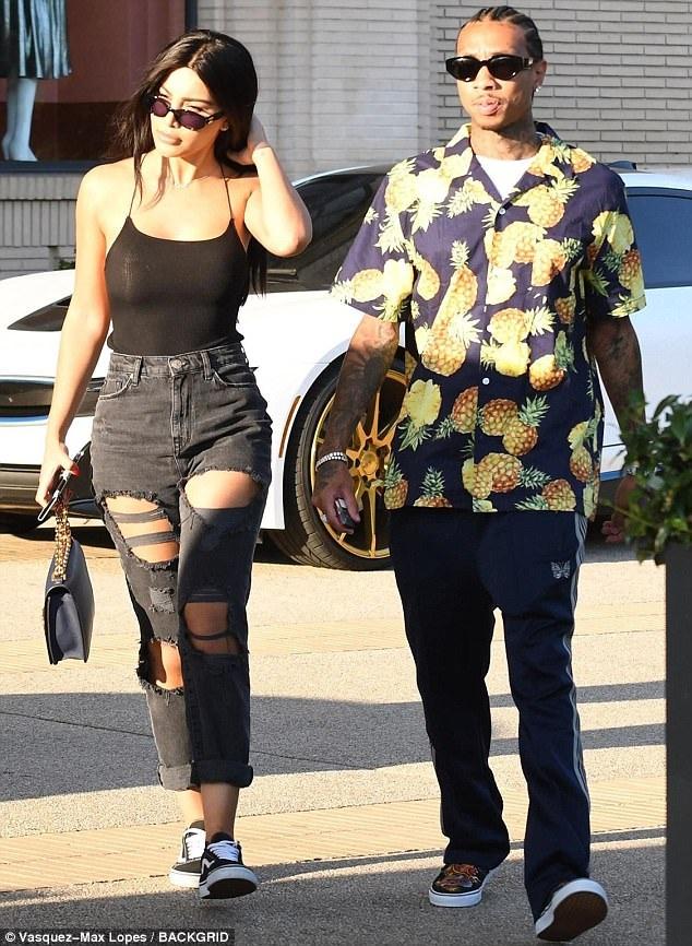 Ngày 31/8 vừa qua, Rapper Tyga bị bắt gặp ra phố cùng 1 cô gái lạ mặt giống hệt Kim Kardashian