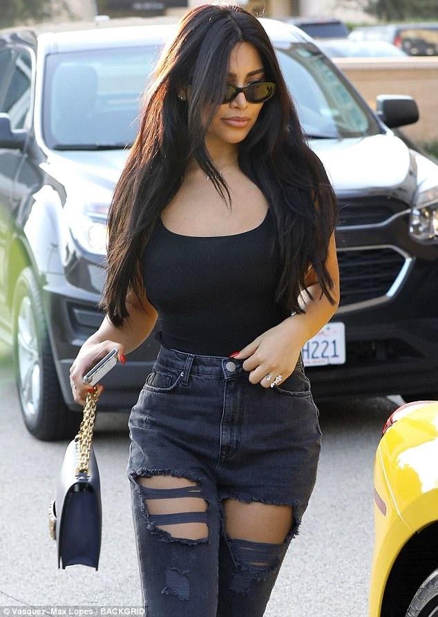 Người đẹp tóc đen này trông vô cùng trẻ trung xinh đẹp, gợi cảm và giống hệt Kim siêu vòng ba - chị gái Kylie Jenner - bạn gái cũ của Tyga