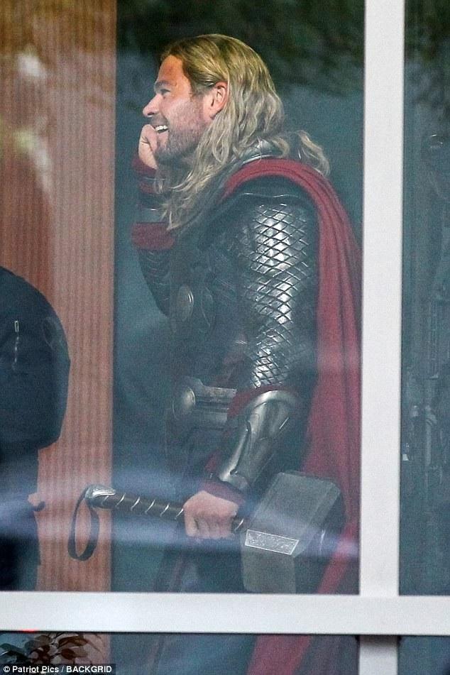 Chris Hemsworth một lần nữa vào vai Thần Sấm Thor - nhân vật giúp anh làm nên danh tiếng và mang về nhiều tiền bạc