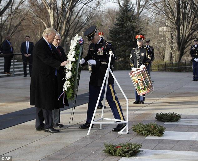 Tổng thống đắc cử Trump và Phó Tổng thống đắc cử Mike Pence đặt vòng hoa tại Nghĩa trang quốc gia chiều 19/1. (Ảnh: AP)