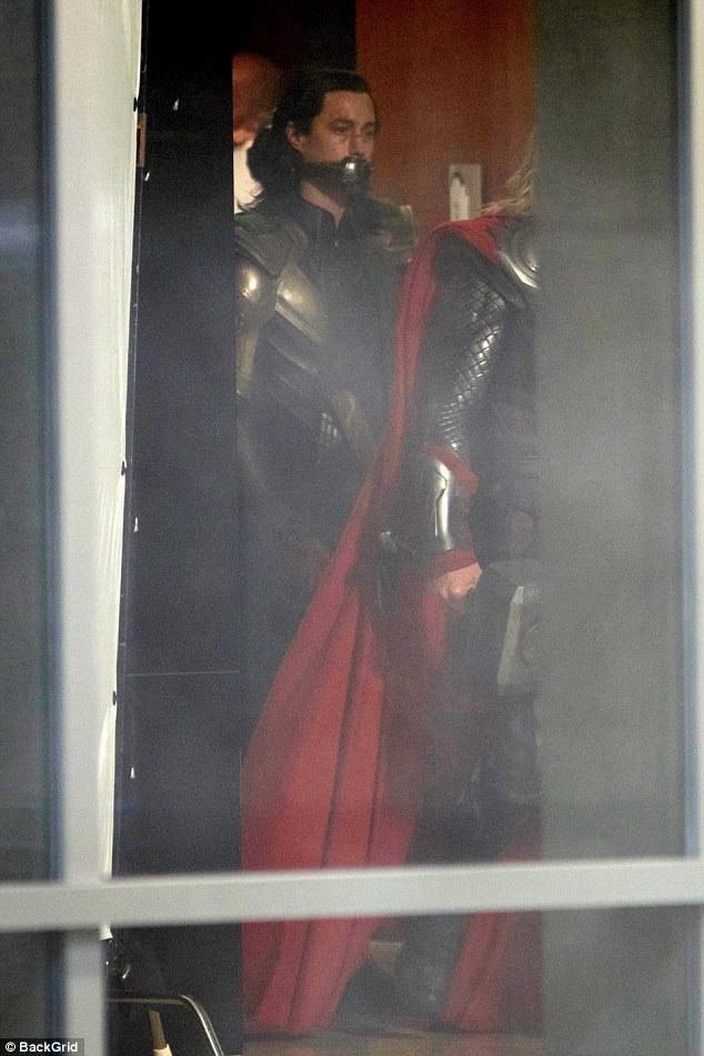 Hiddleston cũng dành nhiều lời khen có cánh cho bạn diễn, anh nói anh coi Chris như là em trai