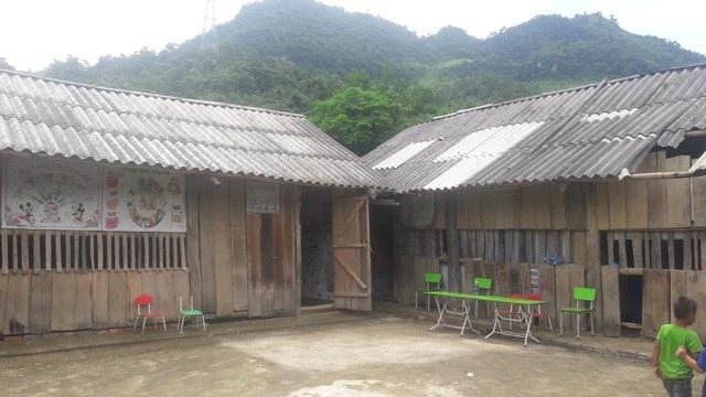 Điểm trường Ta Lếch trước khi được xây dựng gồm những phòng học tạm bợ bằng gỗ, mái lợp bờ rô xi măng đã vỡ toác nhiều chỗ