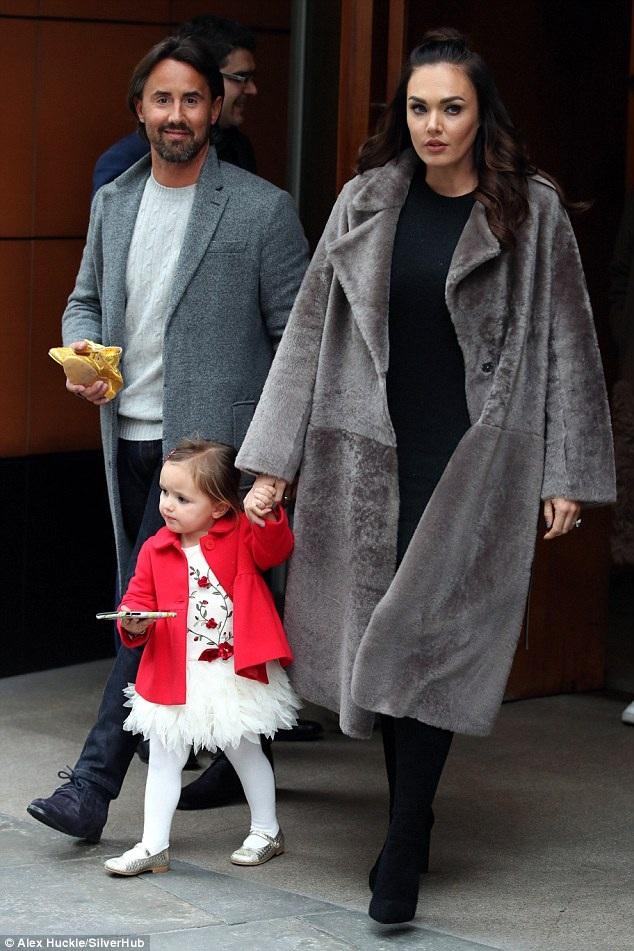 Con gái tỷ phú F1 diện áo lông sành điệu và ấm áp trị giá gần 4000 đô la Mỹ. Tamara Ecclestone cũng luôn đầu tư hết mức về thời trang cho con gái nhỏ