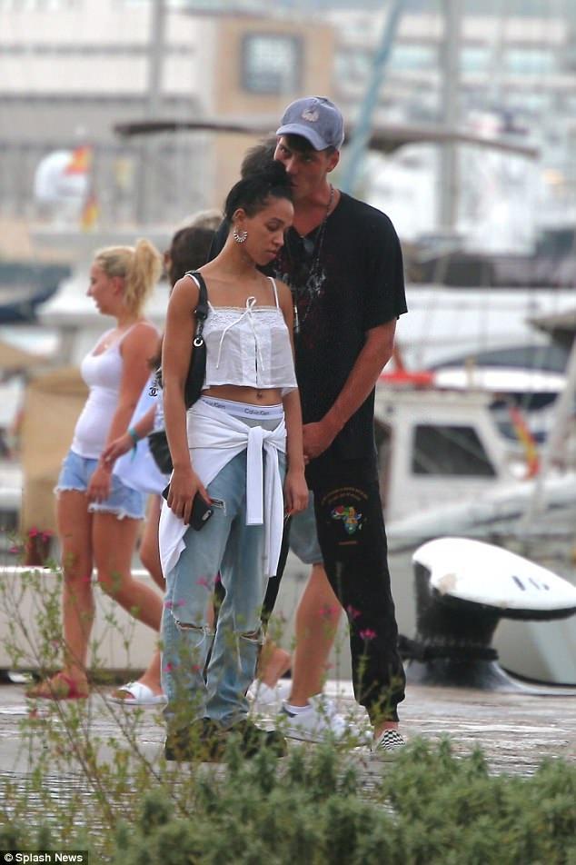 Sau khi những bức ảnh hò hẹn giữa Robert và Katy xuât hiện trên mặt báo, ngày 11/8 vừa rồi, nữ ca sĩ FKA Twigs cũng công khai xuất hiện trên đường phố cùng một người đàn ông. Cô không ngần ngại để bạn khác giới bày tỏ tình cảm với mình ở Ibiza.