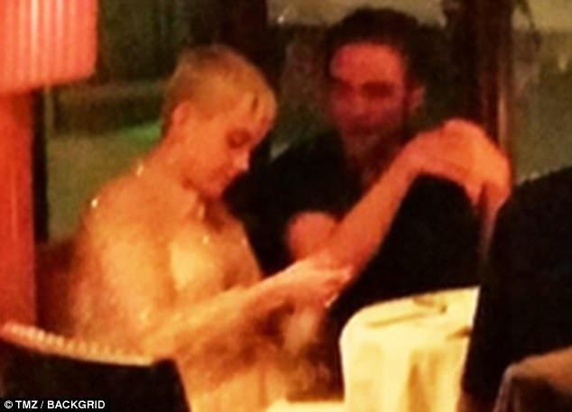 Tuy nhiên, đầu tuần này, giới săn tin đã chộp được hình ảnh Robert đang trò chuyện và ăn tối cùng nữ ca sĩ Katy Perry. Cặp đôi vốn là bạn bè thân thiết và Katy đã nhiều lần dành cho người bạn khác giới những cử chỉ thân mật thái quá. Katy hiện đang độc thân sau khi chia tay nam diễn viên Orlando Bloom vào tháng 4/2017.