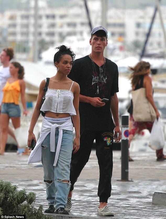 Bạn gái của Robert Pattinson thân mật cùng trai lạ - 5
