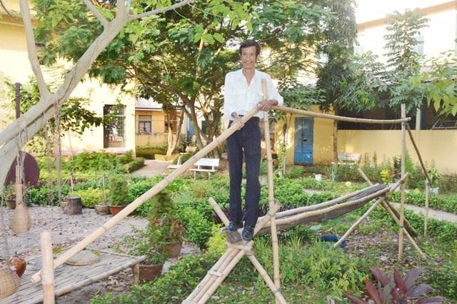 Thầy Thông bên vườn sinh thái đậm chất Nam Bộ, với cây rơm, cầu tre nông thôn,...