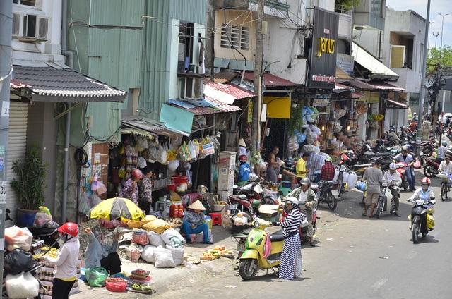 Vỉa hè đường Nguyễn Thái Học (bên hông cầu Ông Lãnh) bị tái lấn chiếm buôn bán (ảnh Đình Thảo)