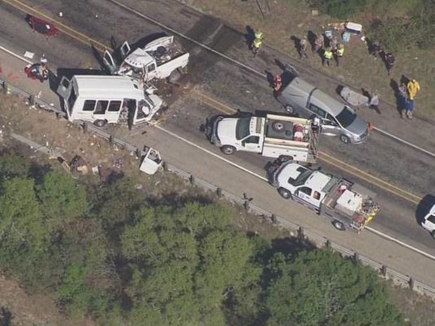 Vụ tai nạn xảy ra khi xe buýt và xe bán tải đối đầu nhau ở bang Texas, Mỹ hôm 29/3 (Ảnh: KENS-TV)