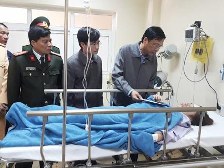Bí thư tỉnh ủy Quảng Ninh Nguyễn Văn Đọc đến bệnh viện thăm hỏi và động viên các nạn nhân bị thương (ảnh CTTĐT QN)