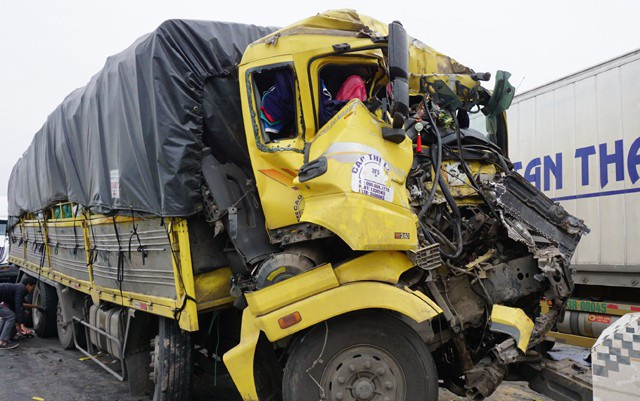 Cú tông trực diện khiến cabin xe tải dúm dó