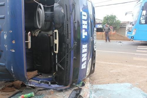 Xe tải lật nghiêng làm 2 người bị thương nặng